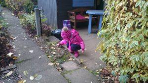Ein Kind hat etwas interessantes auf dem Boden gefunden